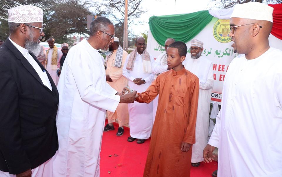 Madaxweynaha Somaliland Oo Abaal-Marinno Guddoonsiiyey Arday Kaalmo Ka Gashay Tartanka Qur'aanka