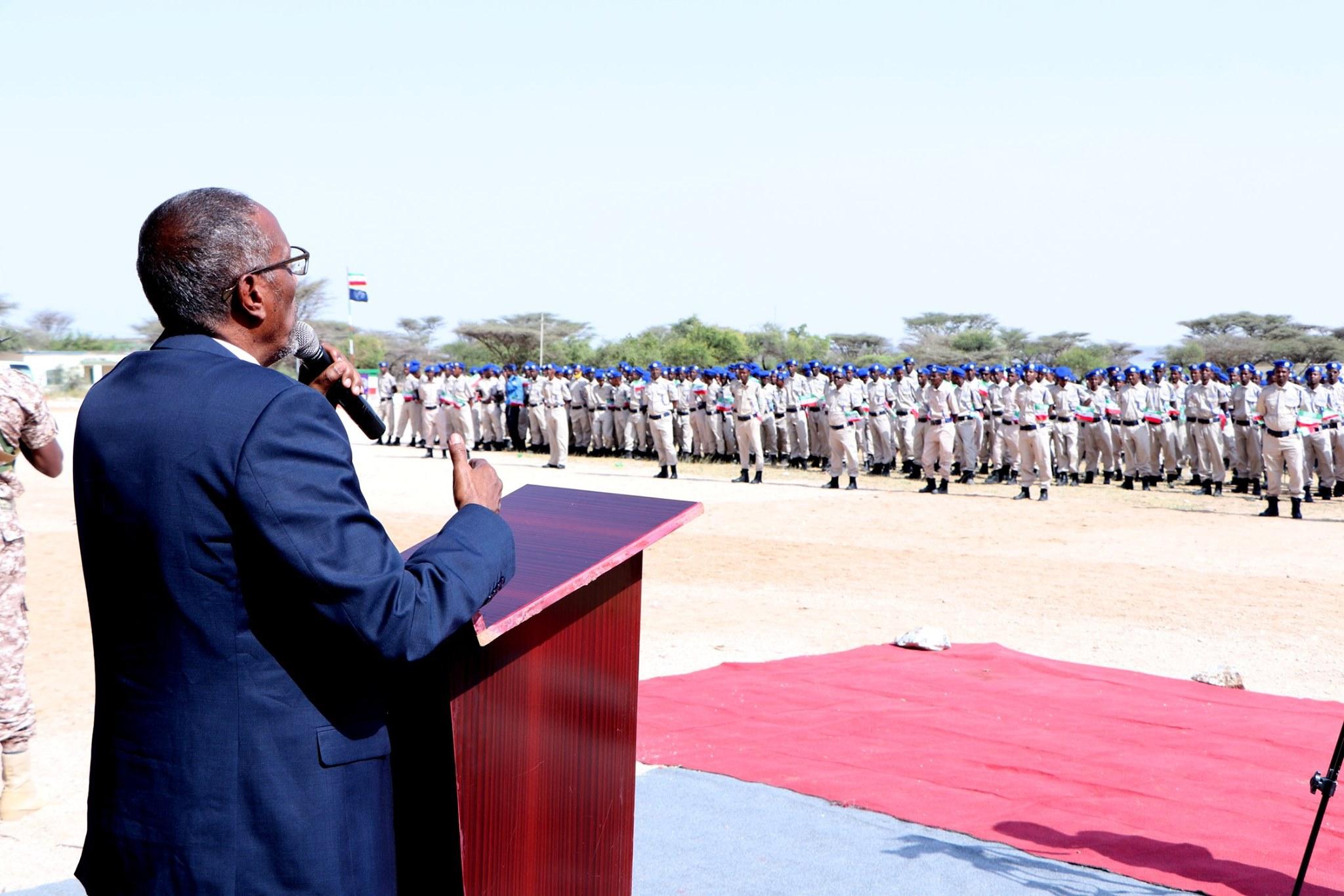 Madaxweynaha Somaliland Oo Tababar U Soo Xidhay Dufcaddii 32-aad Ee Ka Qalin-jebisa Dugsiga Tababarka Ciidanka Ee Mandheera