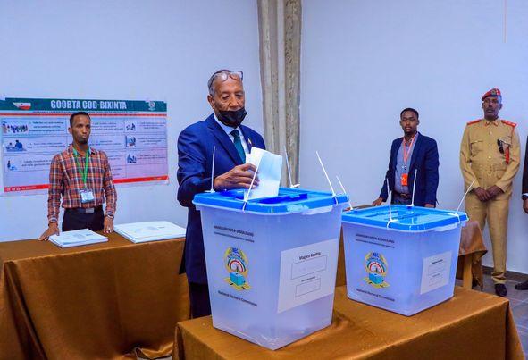 Madaxweynaha Somaliland Oo Subaxnimadii Hore Ee Saaka Codkiisa Ka Dhiibtay Goobta Codbixinta Ee Hay'adda Shaqalaha